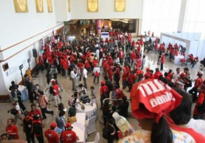 Jeudi, un tribunal thaïlandais a condamne 15 membres des chemises rouges, mouvement politique, a qu