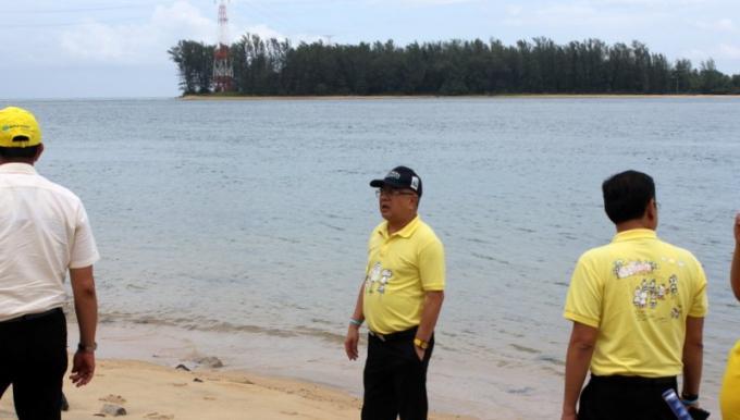 Le gouverneur de Phuket inspecte les sites proposés pour la construction d'un centre de conventio