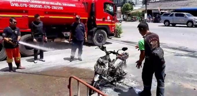 Un homme l'échappe belle quand son scooter prend feu