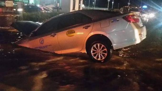 L'Underpass de Phuket engloutit un taxi