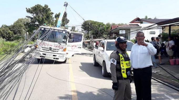 Soi Palai fermée, cinq voitures endommagées par des pylônes abattus par une grue