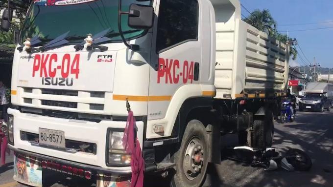 Une femme écrasée en scooter sous un camion évite le pire