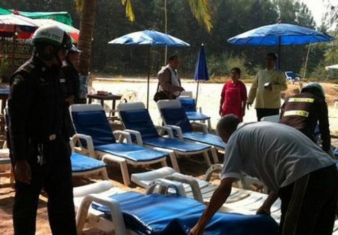 Les vendeurs arretes et des articles saisis a la Plage de Phuket