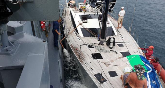 La marine au secours d'un voilier de la King's Cup Regatta