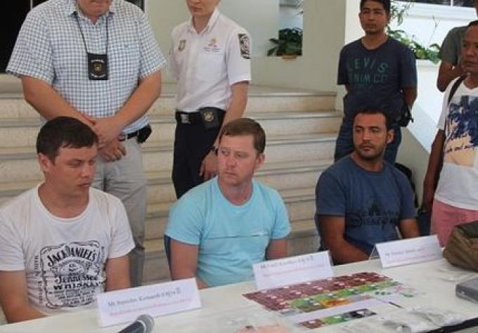 Trois russes ont ete arrete dans Phuket pour fraude de carte