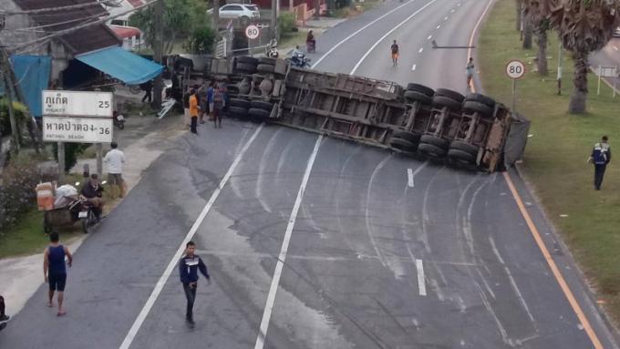 Un camion se renverse et bloque une artère principale de Phuket