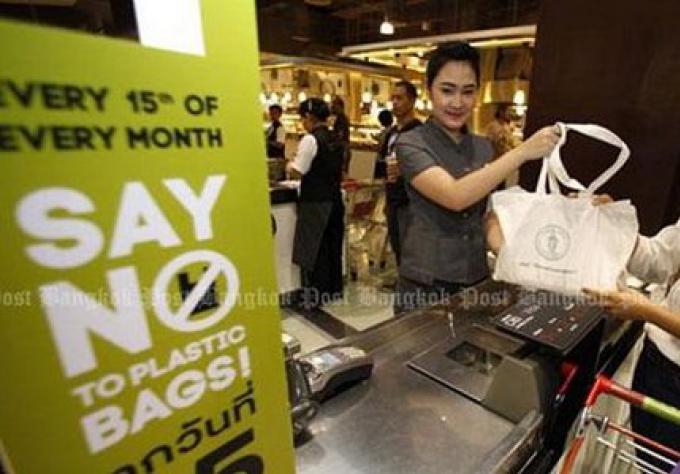 Les acheteurs payeront bientot pour les sacs en plastique