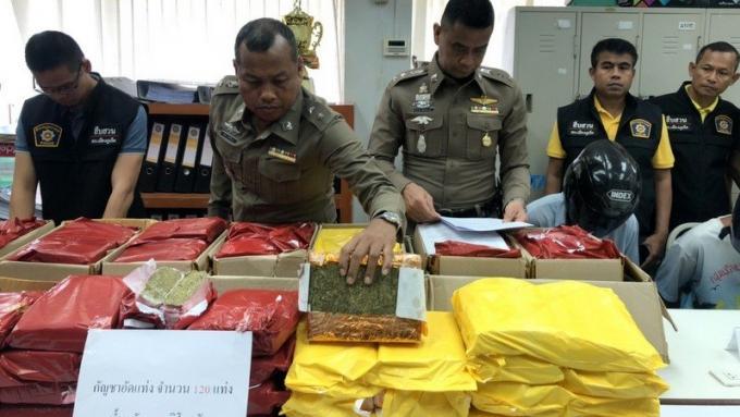 Un oncle et son neveu arrêtés en train de charger 120 kilos de marijuana dans un tuk-tuk