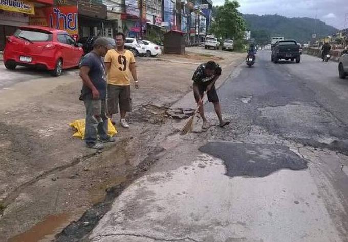 4 habitants de Phuket réparent des trous dangeureux sur la route de contournement