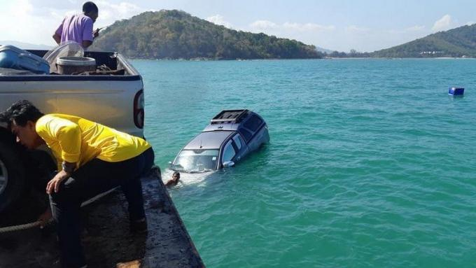 Un ferry suspendu après la perte d'un pickup en mer