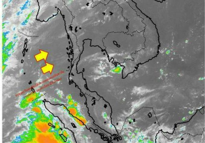 Les baigneurs de Phuket imperturbables par la brume, le bureau de l'environnement affirme que le niv