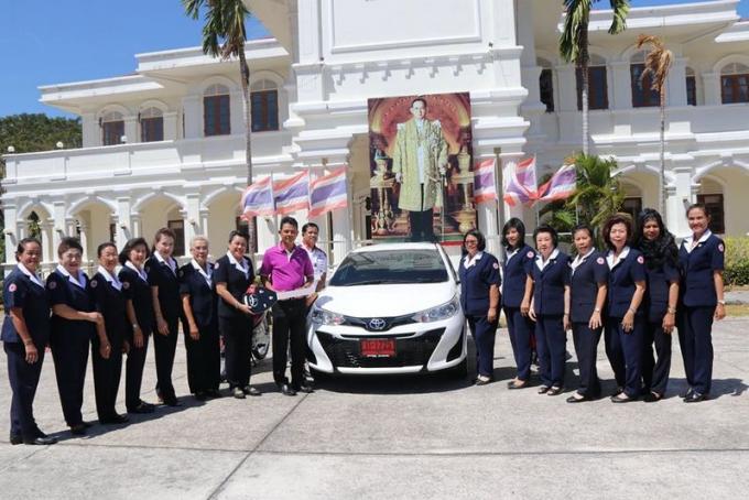 Les gagnants de la loterie de la Croix Rouge de Phuket reçoivent leurs prix