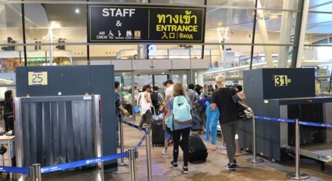 L'Immigration de l'aéroport refuse d'admettre l'attente dans le Hall des Arrivées
