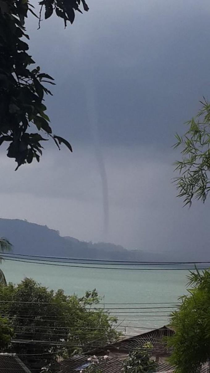 Une trombe énorme repérée sur la côte est de Phuket