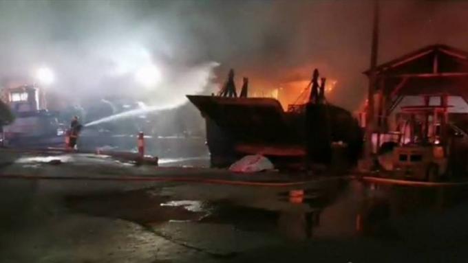 Incendie d'une barge en construction