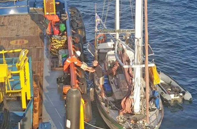Un marin britannique secouru par la marine après trois jours à la dérive