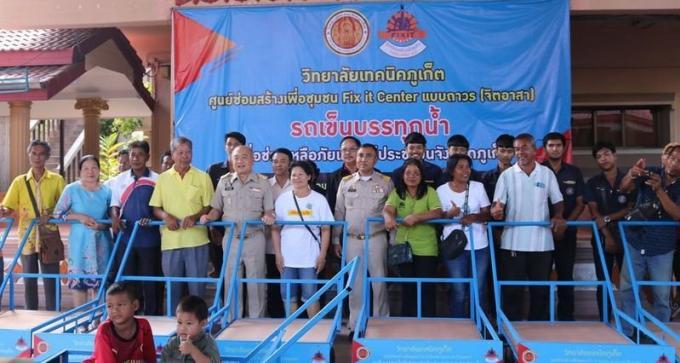 Des étudiants donnent des chariots aux habitants de Rassada privés d'eau