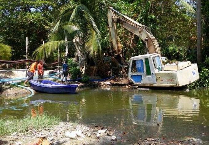 Le nettoyage d'un klong bouché sur l'île idyllique