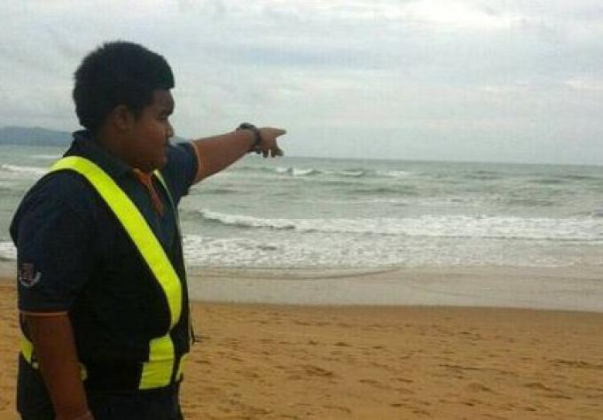 La recherche continue pour le pêcheur emporté par une grosse vague