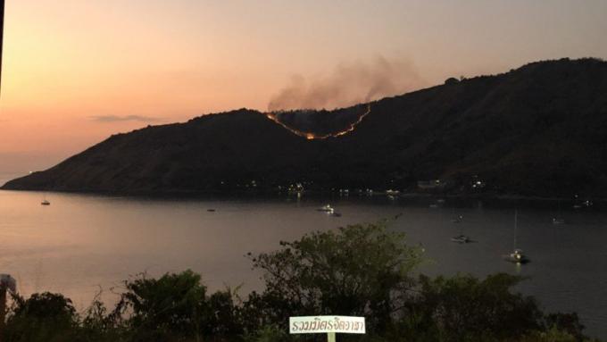 Un feu de forêt de Phuket se rapproche des resorts