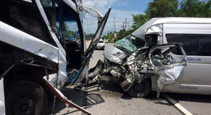 Minivan entre en collision avec un bus de tournée