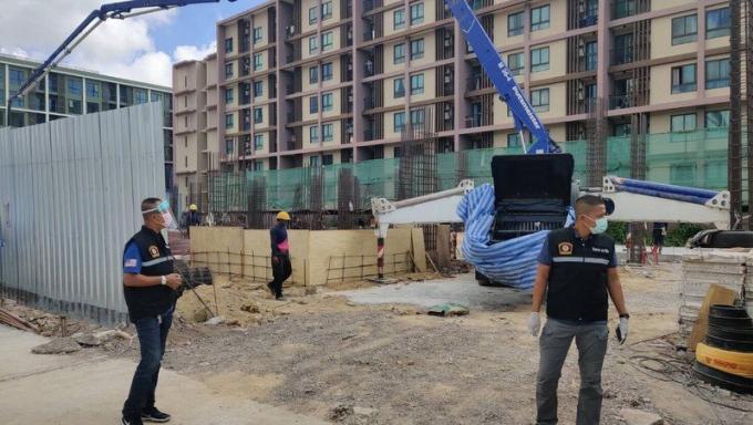 La police contrôle les sites de construction et les camps de travailleurs