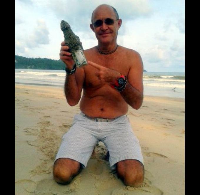 L'expatrié de la Nouvelle-Zélande déterre un message dans une bouteille sur la plage de Patong
