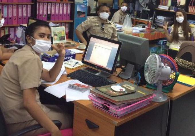 Le maire de Rawai donne des masques aux enseignants et aux enfants contre la population de l'air