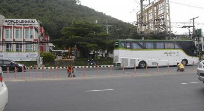 Les obstacles ont été mis en place pour arrêter un demi-tour illégal au souterrain de Phuket