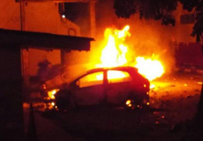 Les émeutiers saccagent des voitures, des officiers de police sont attaqués en représailles du d�