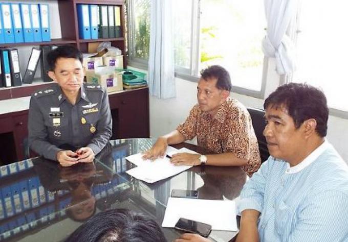 Deux morts suite à une poursuite avec la police, la foule en colère proteste à Thalang