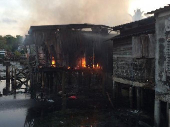 Un incendie ravage deux maisons a Phuket town