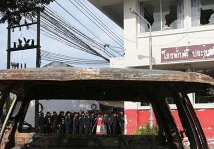Les blessés de la police dans l'émeute Phuket reçoivent une compensation, et des mandats d'arrêt