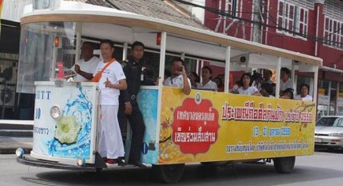 Essais de tramway dans la ville de Phuket pendant le festival végétarien